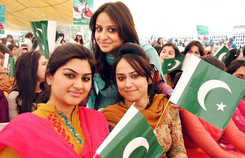 University Girls of Pakistan Nice Picture With Flag