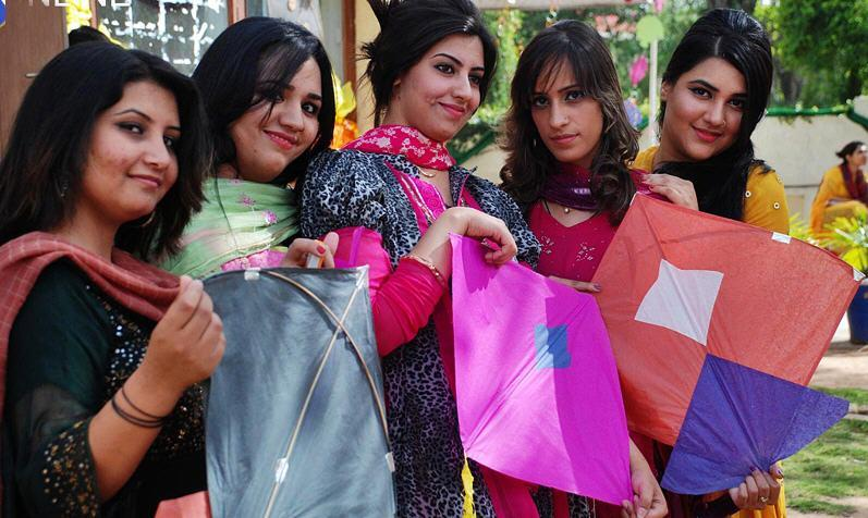 Islamabad College Girls Picture in Basant Mela Islamabad College Girls Picture in Basant Mela