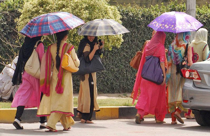 Heat in Pakistan Lahore Girls Escape from Heat Picture