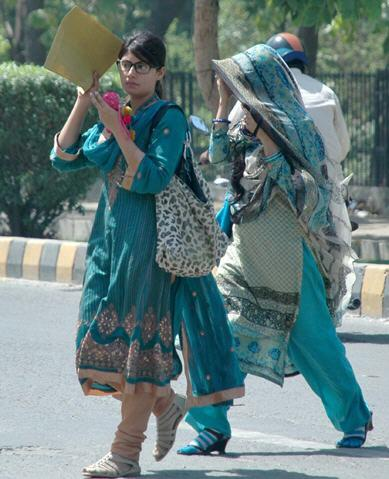 Lahore Girls Escape from Heat Picture Lahore Girls Escape from Heat Picture