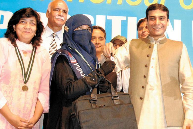 Amina Riaz with Hamza Shahbaz with key of car Lahore Board FA,FSC Result 2012 Prize Distribution Ceremony
