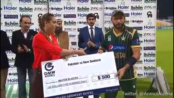 Shahid Afridi Ignores girl wanted to shake hand