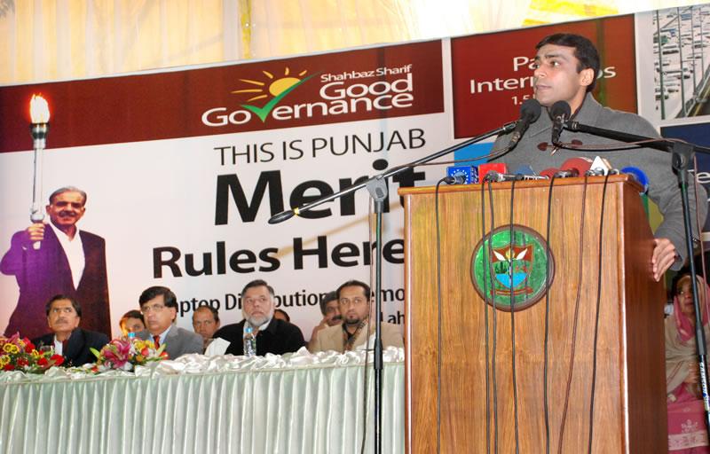 Hamza Shahbaz distribute Laptop